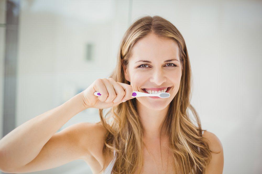 Pour une meilleure haleine, brossez-vous les dents et passez la soie dentaire.