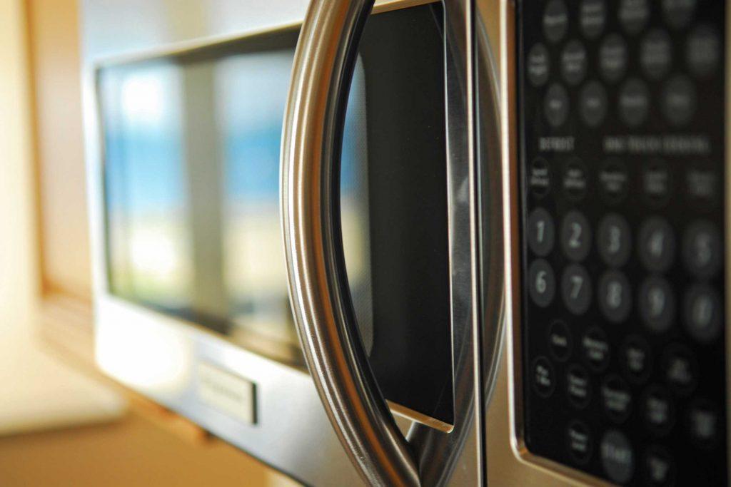 Utilisez le bouton pause sur votre microonde.