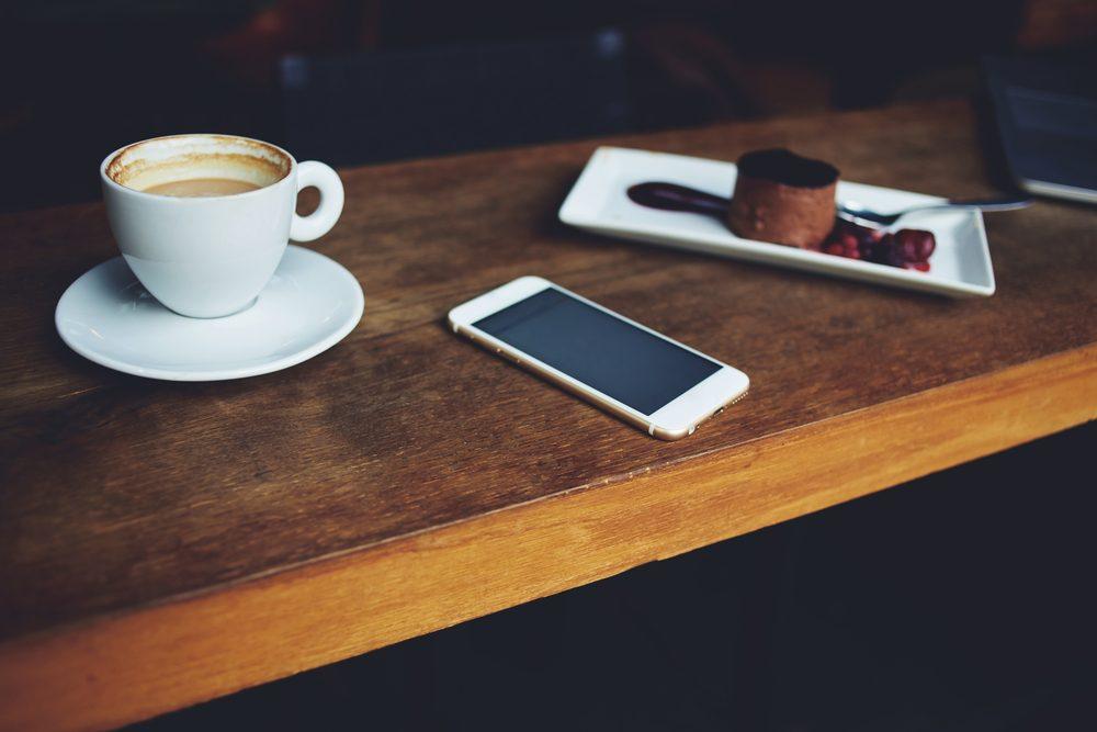 Au restaurant, ne laissez pas votre téléphone sur la table.