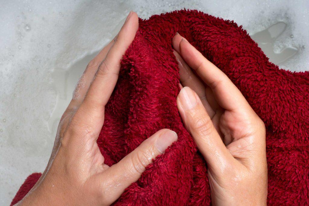 Une serviette humide peut aider à défroisser le linge.