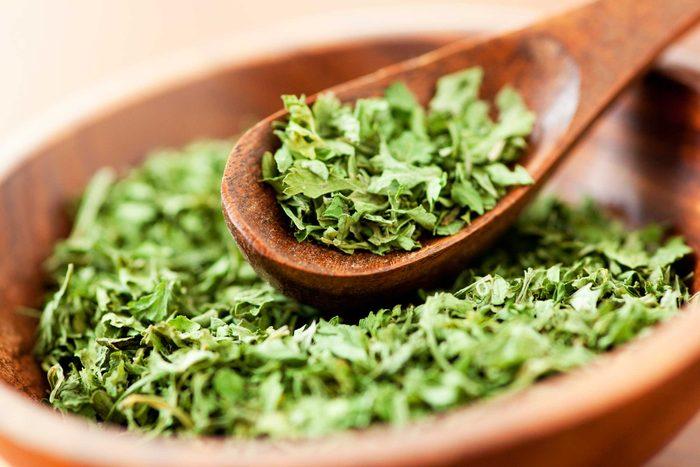 Servez vous du microonde pour faire sécher vos fines herbes.