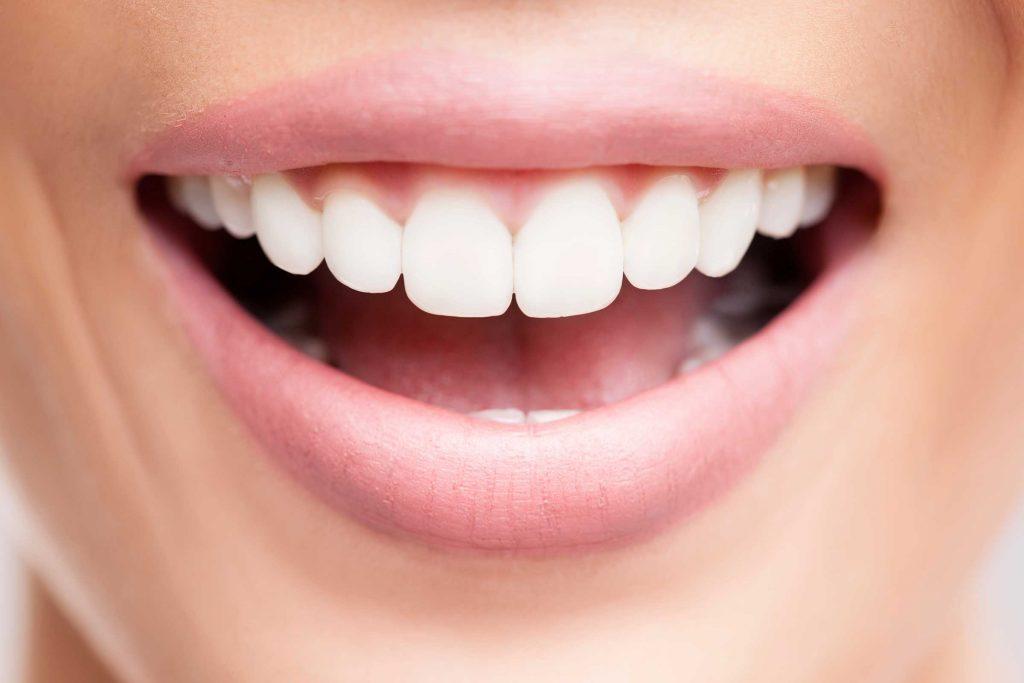 L'huile de coco est efficace pour blanchir les dents.