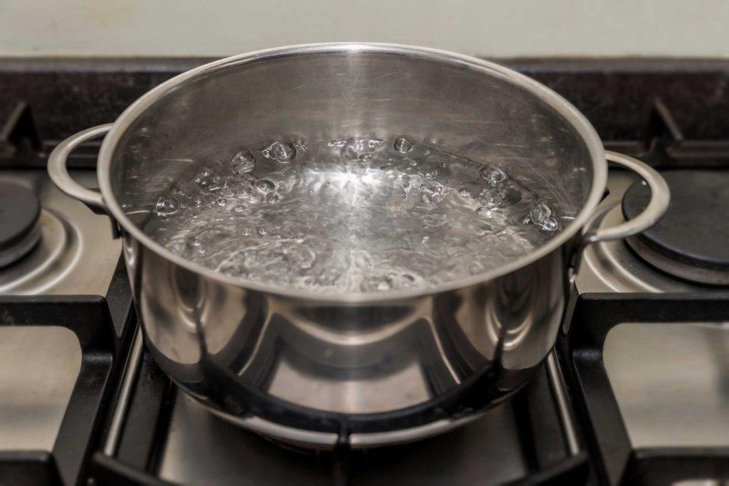 Une casserole chaude peut aider à défroisser le linge.