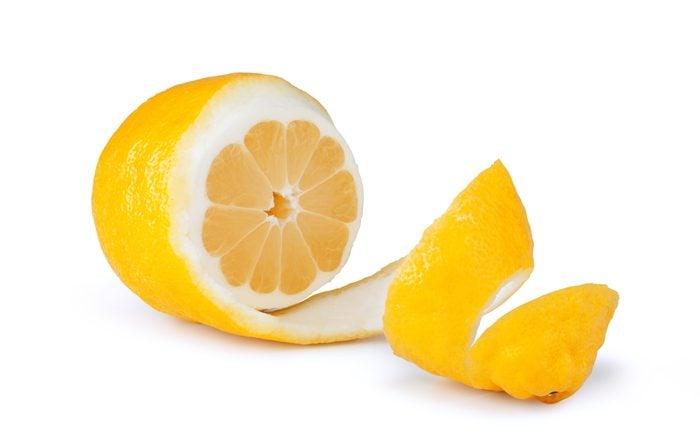 Mâchez une écorce de citron pour une meilleure haleine.