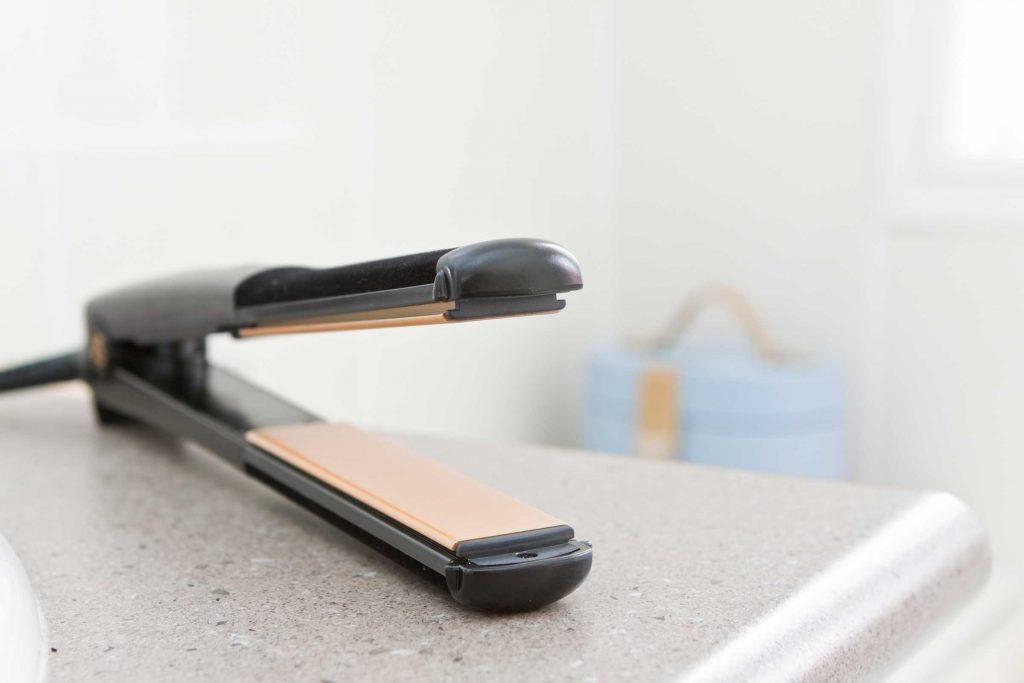 Un fer à lisser les cheveux peut aider à défroisser le linge.