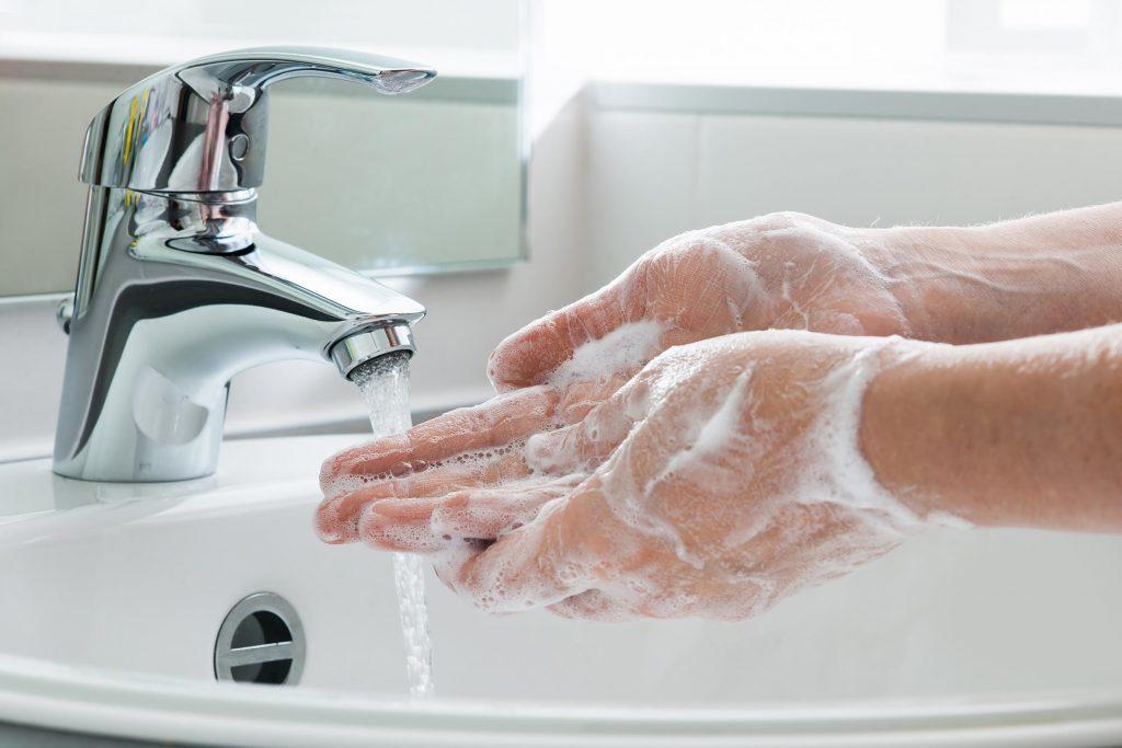 Bien nettoyer votre peau est primordial pour un meilleur teint.