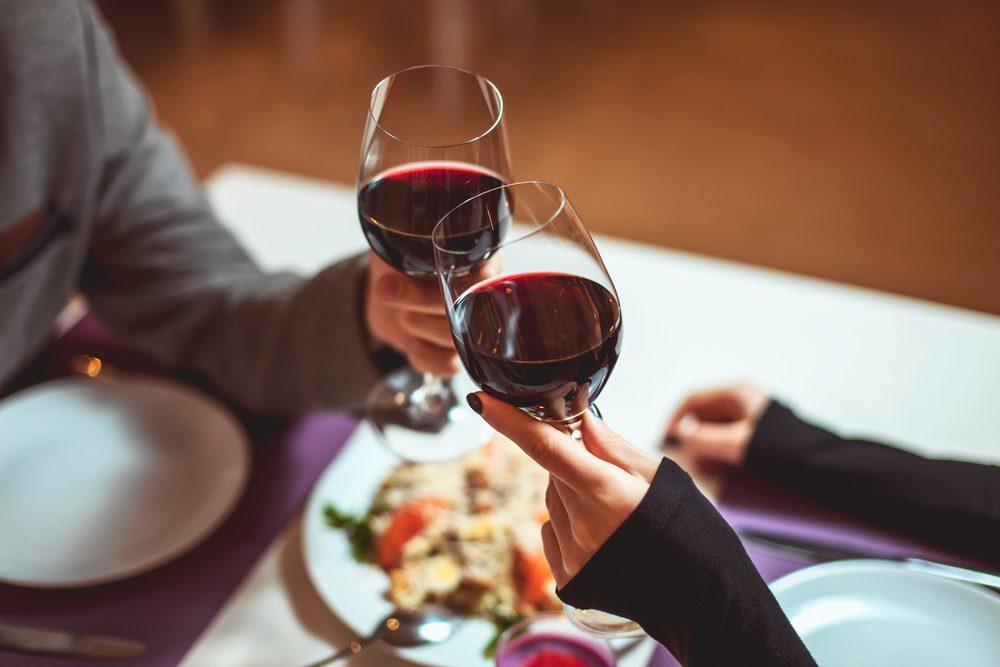 Au restaurant, tenez votre verre par le pied.