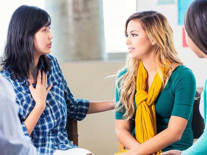 Une amitié toxique se traduit par quelqu'un qui trouve toujours quelque chose à redire.