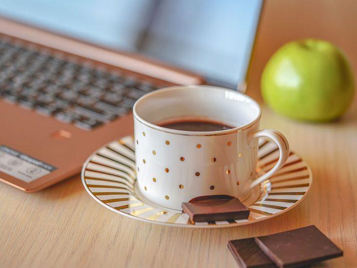 Le chocolat noir est l'une des collations pratiques à toujours avoir au bureau.