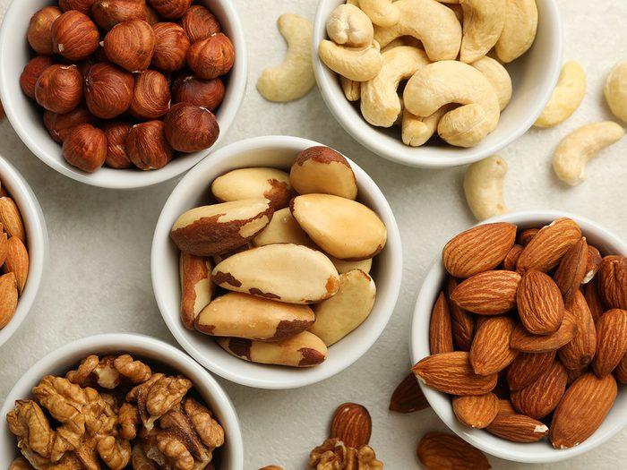 Les noix non salées font partie des collations pratiques à toujours avoir au bureau.