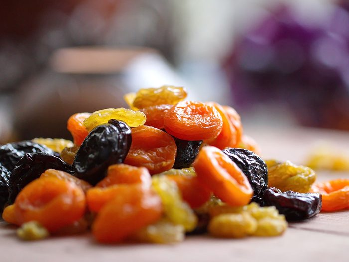 Les fruits secs font partie des collations pratiques à toujours avoir au bureau.
