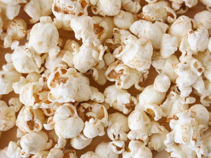 Le maïs soufflé est l'une des collations pratiques à toujours avoir au bureau.