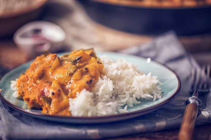 La cuisine épicée et le curry tachent les dents