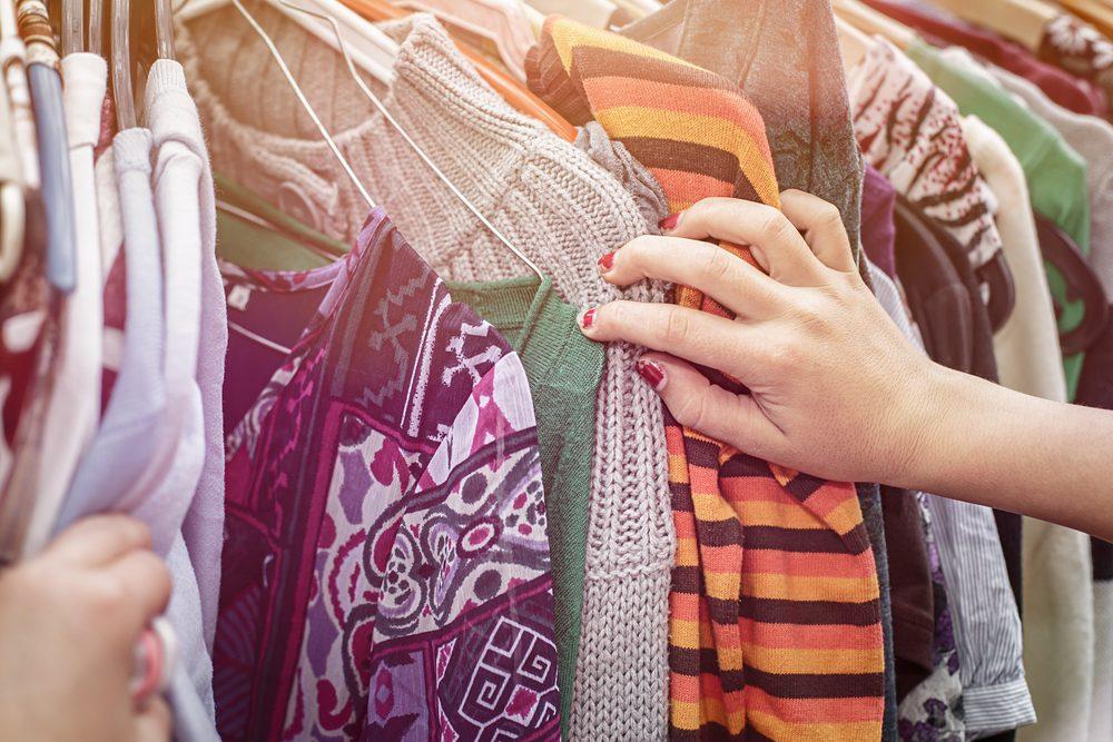 Achetez leurs vêtements dans les friperies, pour mieux épargner
