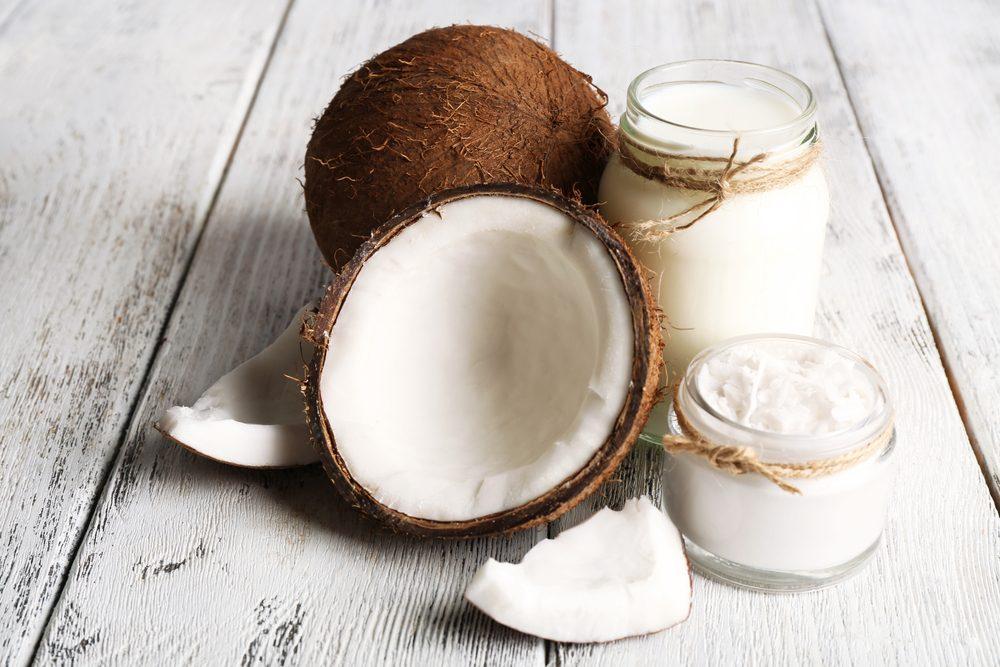 L'huile de noix de coco diminue de beaucoup l'apparence de la kératose pilaire