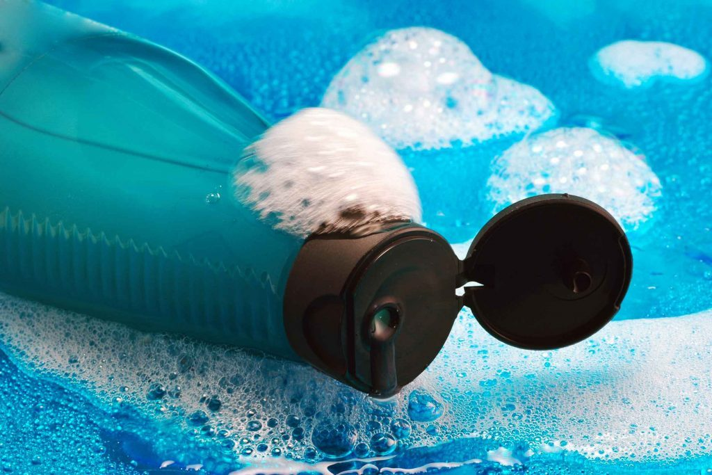 Shampoing et revitalisant sont placés tête vers le bas