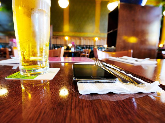 Ne laissez pas votre téléphone sur la table quand vous êtes au restaurant.