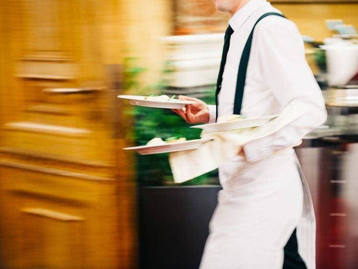 Au restaurant, n'appelez pas le serveur à haute voix.