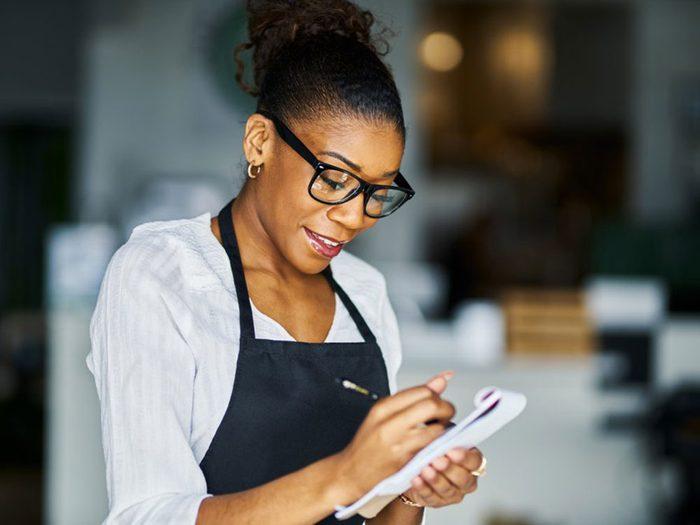 Au restaurant, traitez le personnel avec respect.