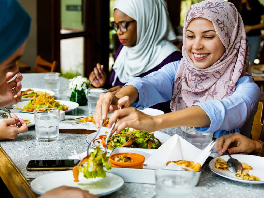 Attendez que tout le monde soit servi avant de manger au restaurant.
