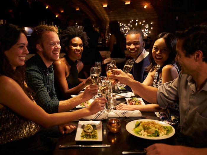 Au restaurant, décidez à l'avance si vous voulez des additions séparées.