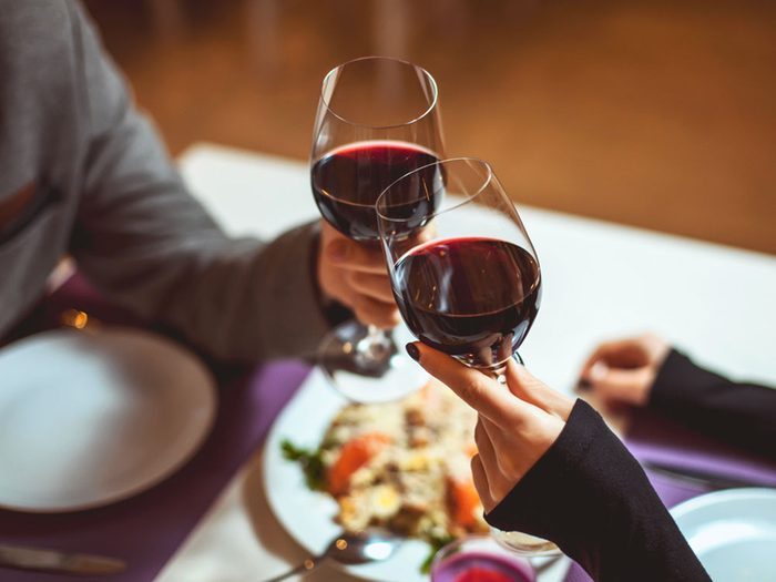 Tenez votre verre par le pied quand vous êtes au restaurant.