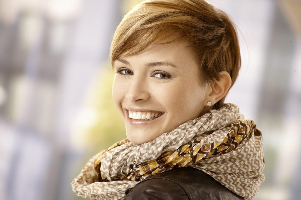 Coupez vos cheveux courts peux diminuer vos rides.