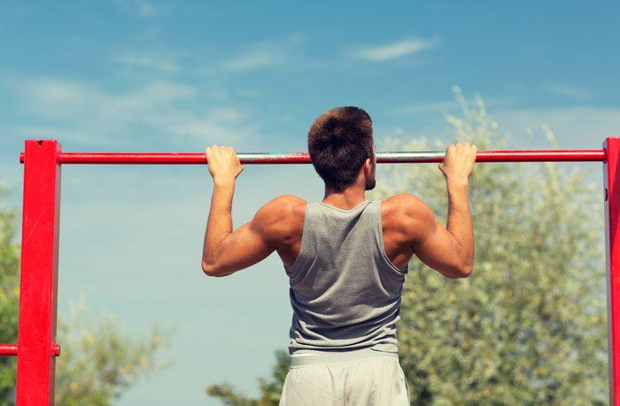 Les tractions ne sollicitent pas que les muscles des bras.