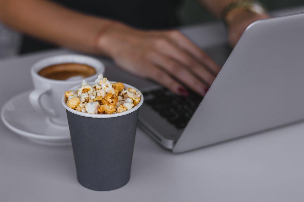 Le maïs soufflé se mange au cinéma mais aussi au bureau.