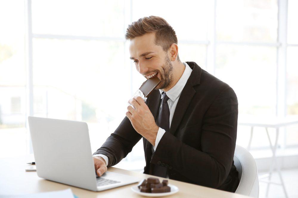 Quelques carrés de chocolat noirs permettent de calmer le stress au bureau.