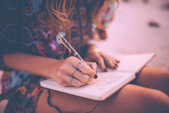 Syndrome FOMO : écrivez du positif dans votre journal intime.