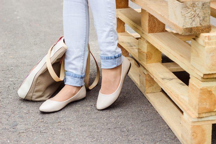 Si les talons vous font mal, pensez aux souliers plats