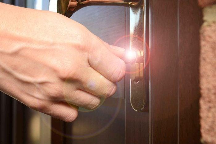 Vous vérifiez plusieurs fois si la porte d'entrée est fermée à clé