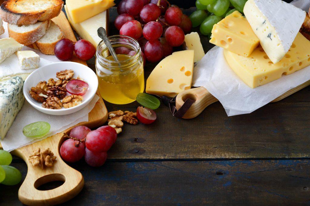 Du fromage avec quelques gouttes de miel et des noix de Grenoble est délicieux.