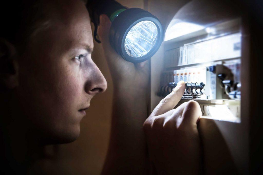 Si votre maison est soudain plongée dans le noir, allez vérifier dans votre panneau électrique.