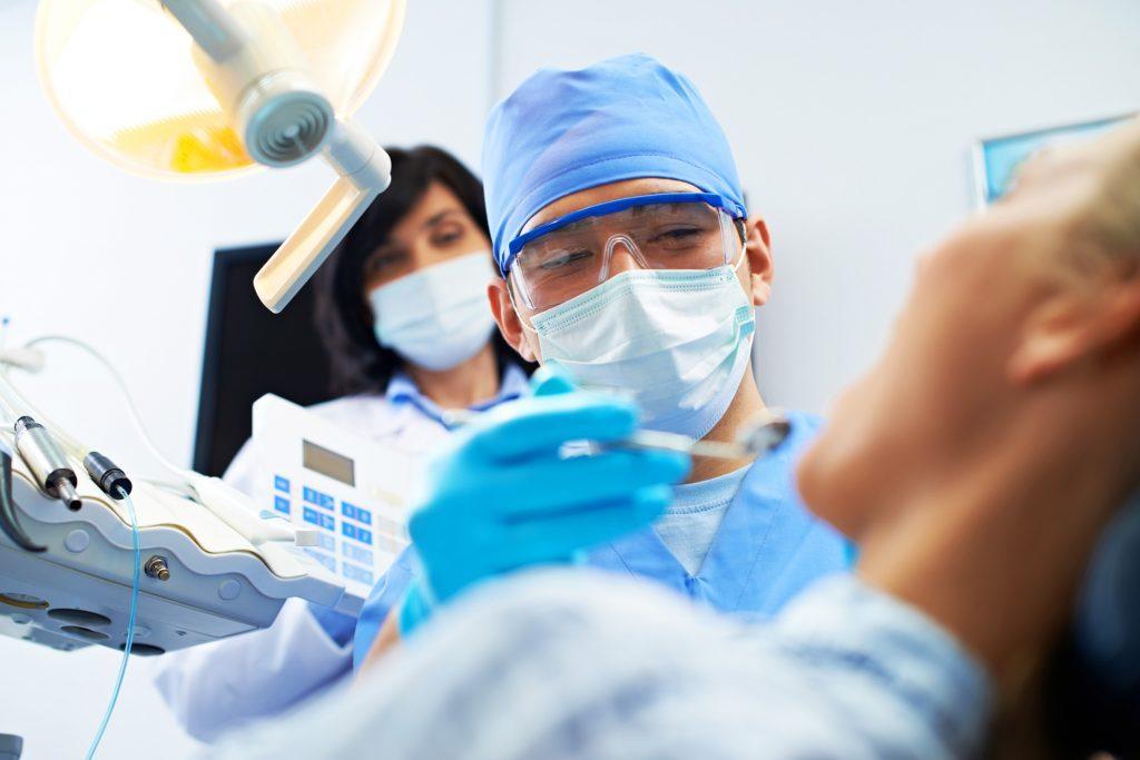 Un examen dentaire s'impose avant de blanchir ses dents pour s'assurer que votre bouche est en bonne santé.