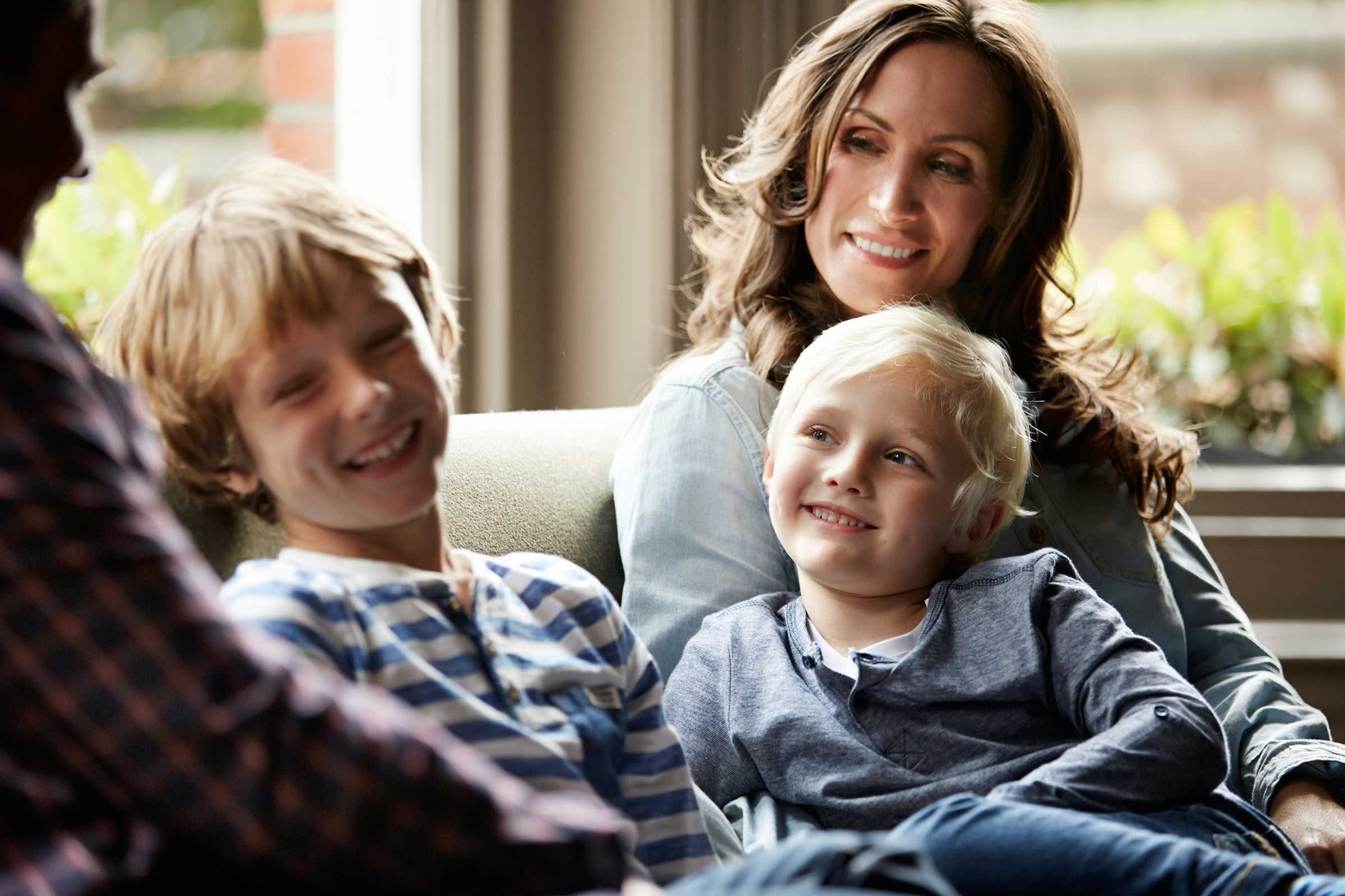 Toute la famille doit s'asseoir ensemble au moins 15 minutes par soir pour discuter.