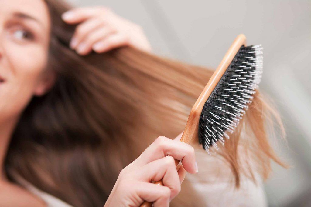 Prendre une minute pour les brosser avant le shampooing permet d'éliminer tous les produits résiduels et empêche qu'ils ne s'emmêlent sous la douche.