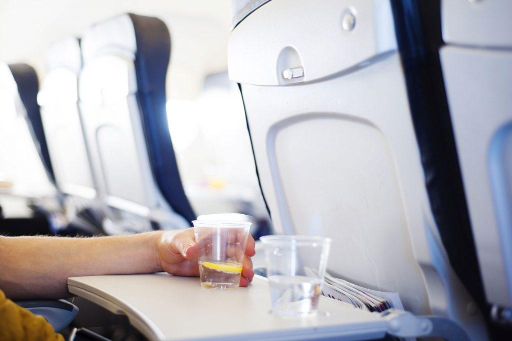 Voyager en avion peut vous déshydrater.