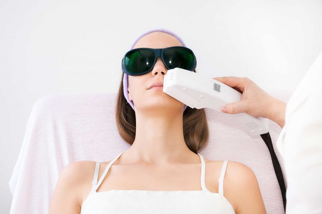 Le relissage au laser, la radiofréquence, les exfoliations chimiques (peelings), les micro-aiguilles, la dermabrasion sont des traitements possibles.