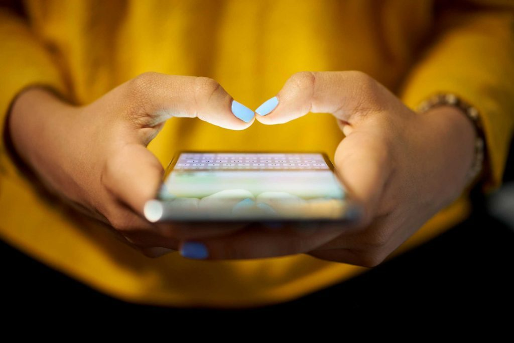 Si cela fait un moment que vous échangez messages et commentaires sur les médias sociaux, demandez à cette connaissance virtuelle si elle est prête à communiquer avec vous par téléphone, FaceTime ou Skype.
