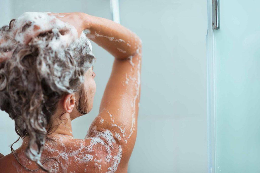 Relever ses cheveux pour les laver n'est pas recommandé.