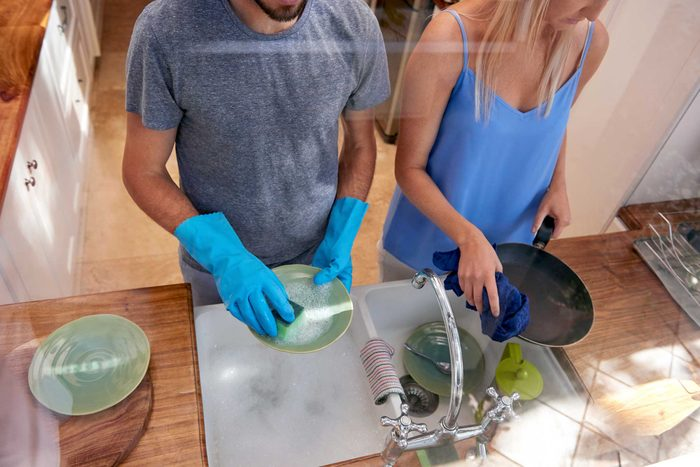 Si quelqu'un que vous aimez est débordé, donnez un coup de main pour les tâches domestiques.