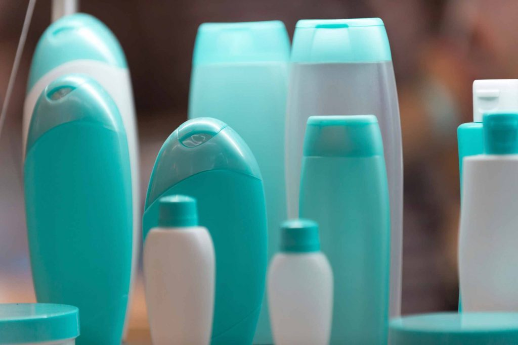 Les ingrédients chimiques irritants à éviter dans vos choix de produits capillaires.