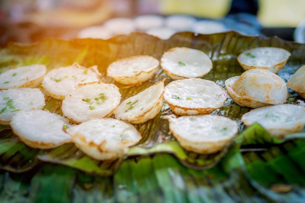 Les khanom krok sont de petites crêpes à la farine de riz et au lait de coco légèrement sucrées