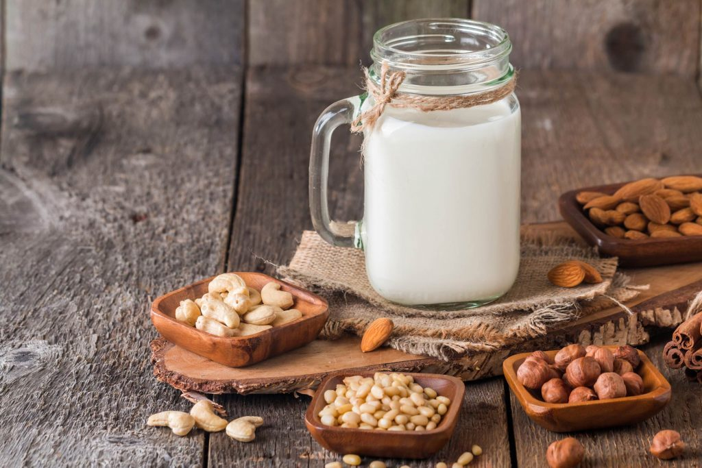 Les laits de noix constituent une alternative au lait de vache.