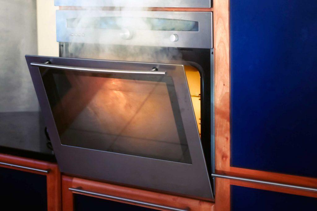 Si votre four se met à fumer, saupoudrez le fond d'une bonne couche de bicarbonate de soude arrêtera la fumée.