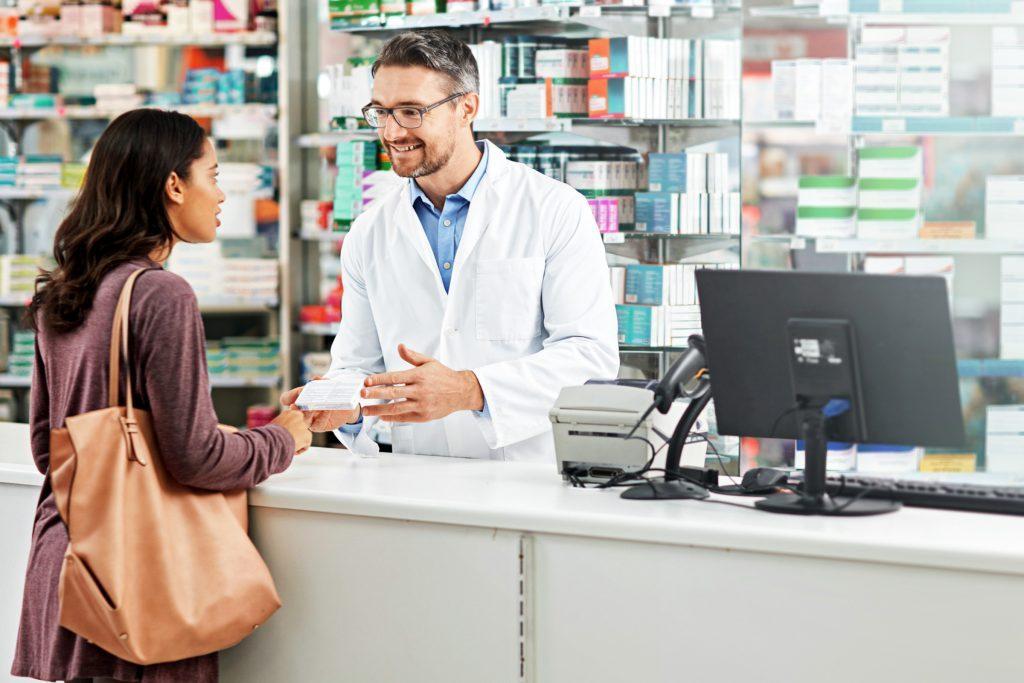 Vous pourrez trouver un produit blanchissant convenable à la pharmacie si vous ne cherchez qu'à blanchir vos dents d'un ton ou deux.