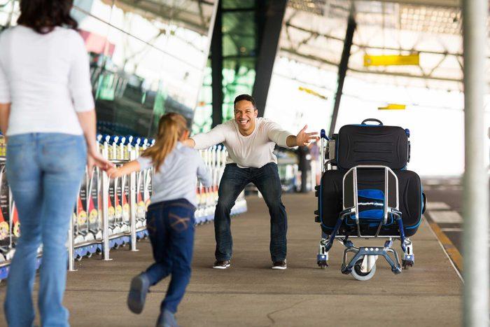 Allez chercher les membres de votre famille et les amis en visite à leur arrivée à l'aéroport.