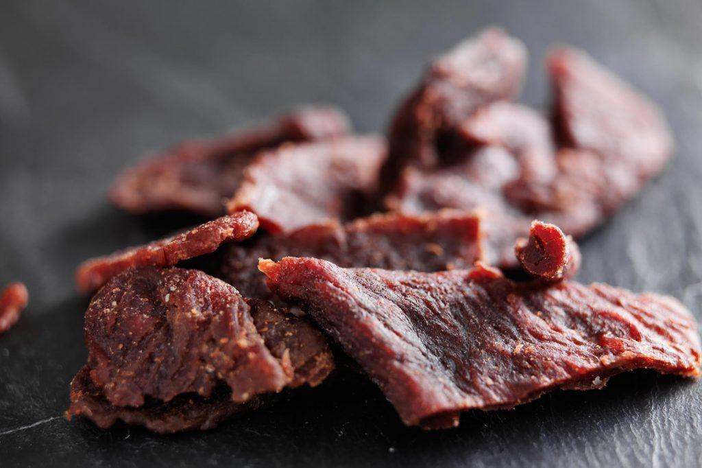 Le biltong est de la viande épicée et séchée.